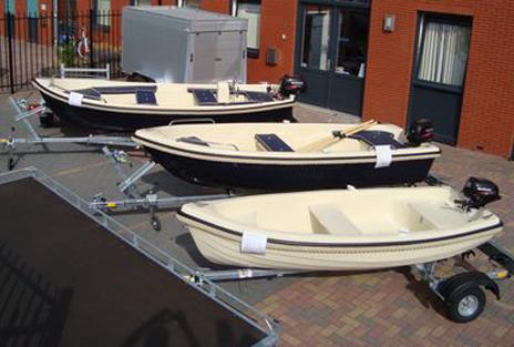Diverse polyester boten uitgestald op verkoopterrein