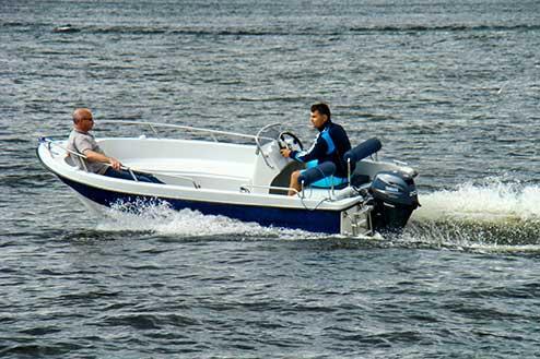 Polyester consoleboot met twee inzittenden vaart langs