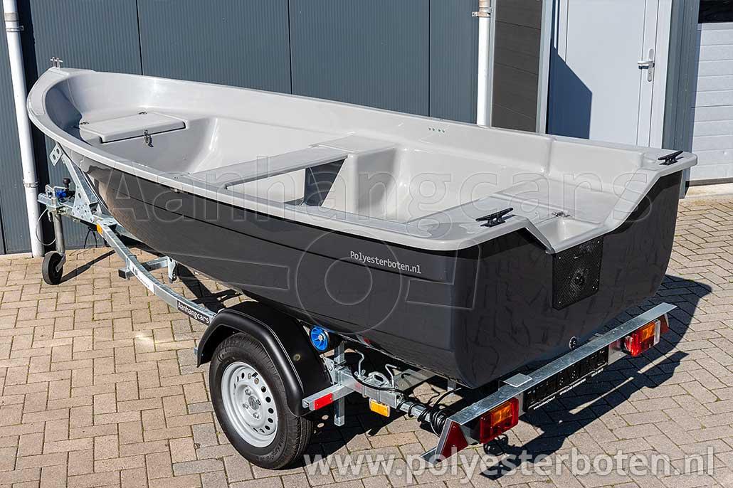 Linker achteraanzicht polyester boot IZI-Line 390 donkergrijs met lichtgrijs dek