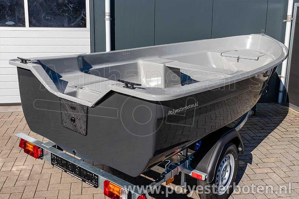 Achteraanzicht polyester boot IZI-Line 390 donkergrijs met lichtgrijs dek